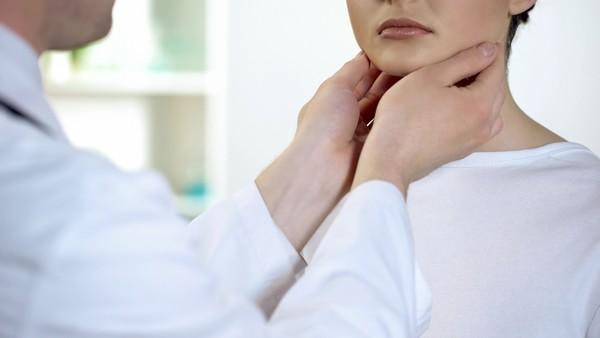 A pajzsmirigybetegeknek fokozott óvatossággal kell élniük koronavírus járvány idején.